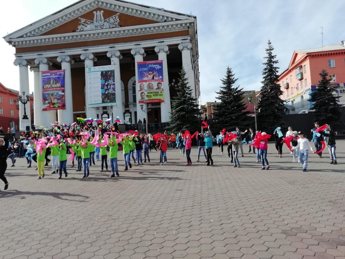 bcceba04 В Прокопьевске состоялся флешмоб, посвященный началу отсчета 1000 дней до  празднования 300-летия Кузбасса
