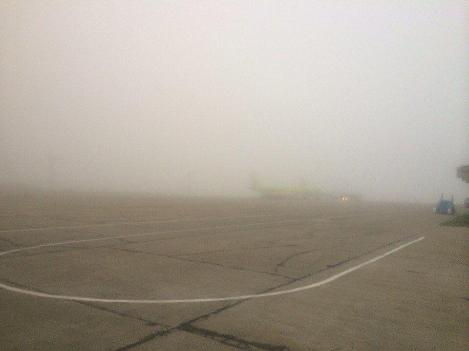 """Из-за погодных условий аэропорт """"Спиченково"""" не принимает самолеты"""