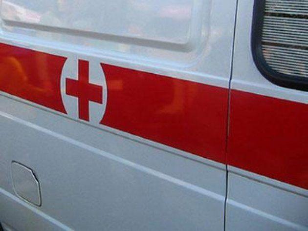 Жесткое ДТП в Кузбассе: водитель протаранил бордюр, опору освещения и три припаркованных автомобиля