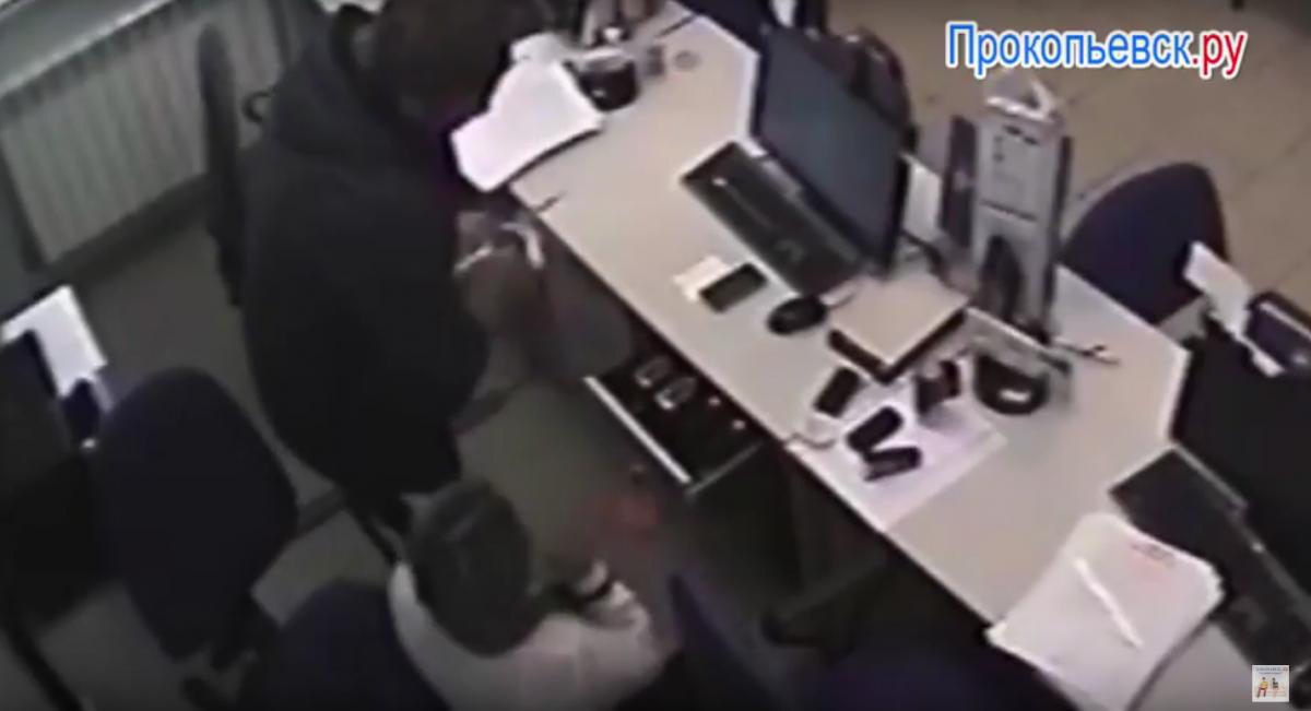 Обнародованы шокирующие кадры нападения на кредитную организацию Киселевска (сюжет)