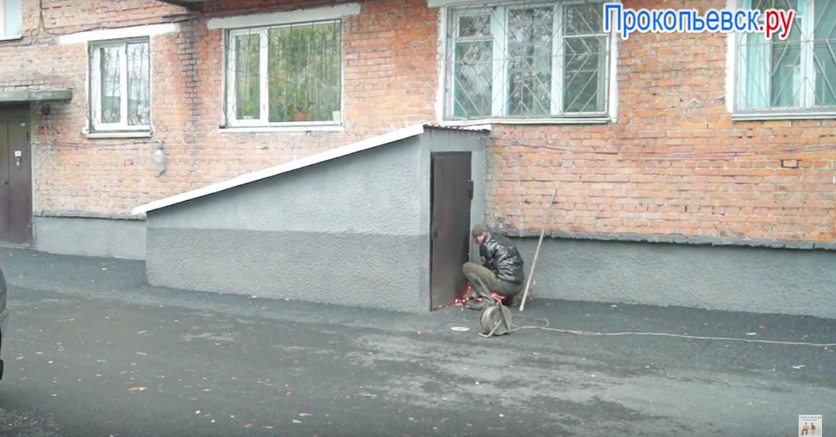 В Прокопьевске жители одного из домов едва не остались без отопления из-за... благоустройства двора (сюжет)