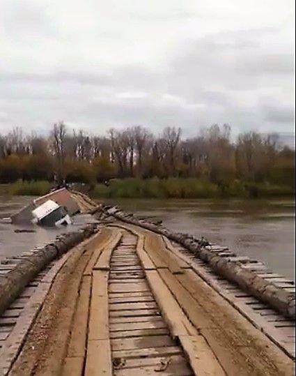 В Кузбассе фура рухнула с моста в реку