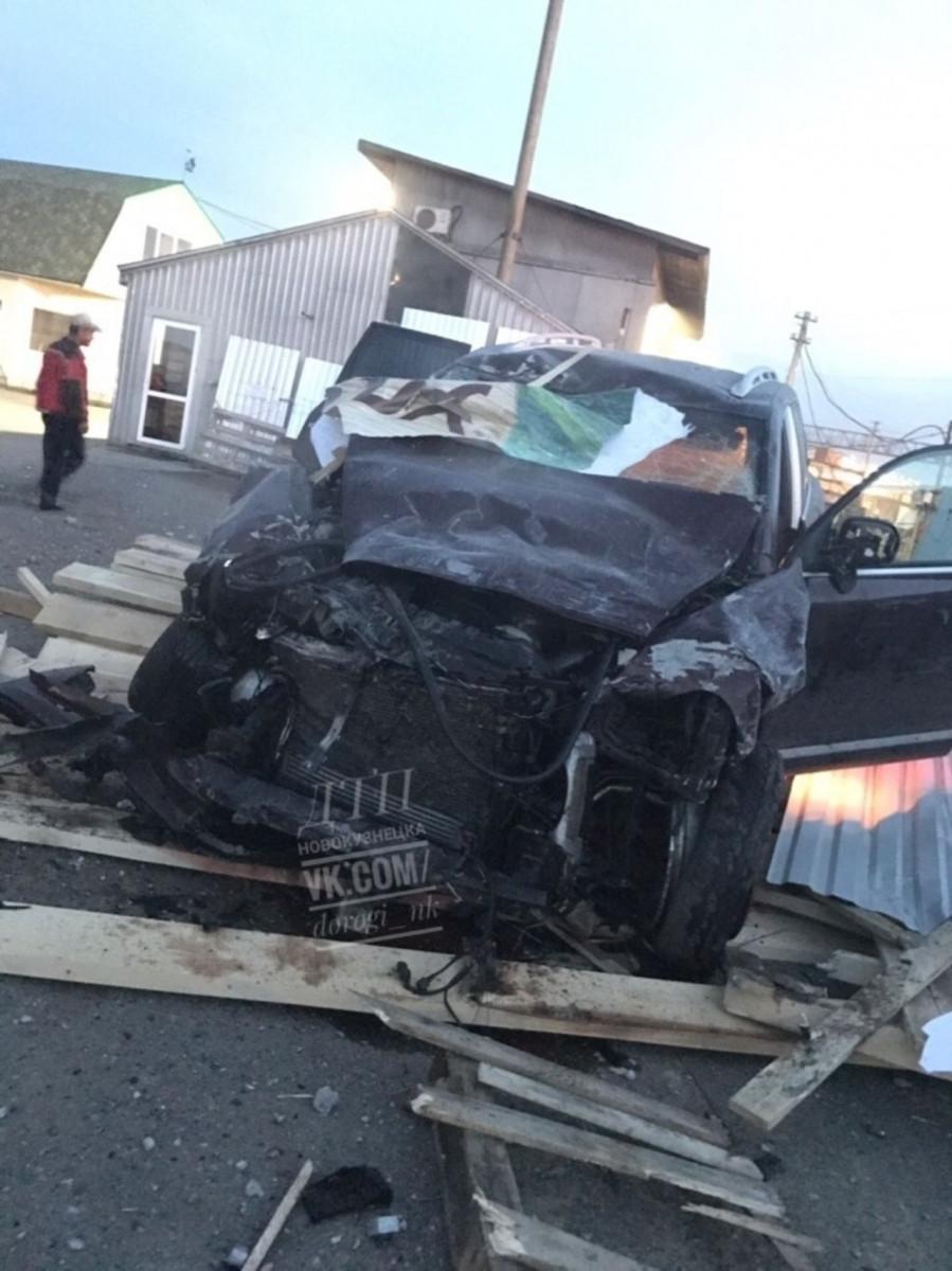 Жесткое ДТП в Кузбассе: автомобиль протаранил стену