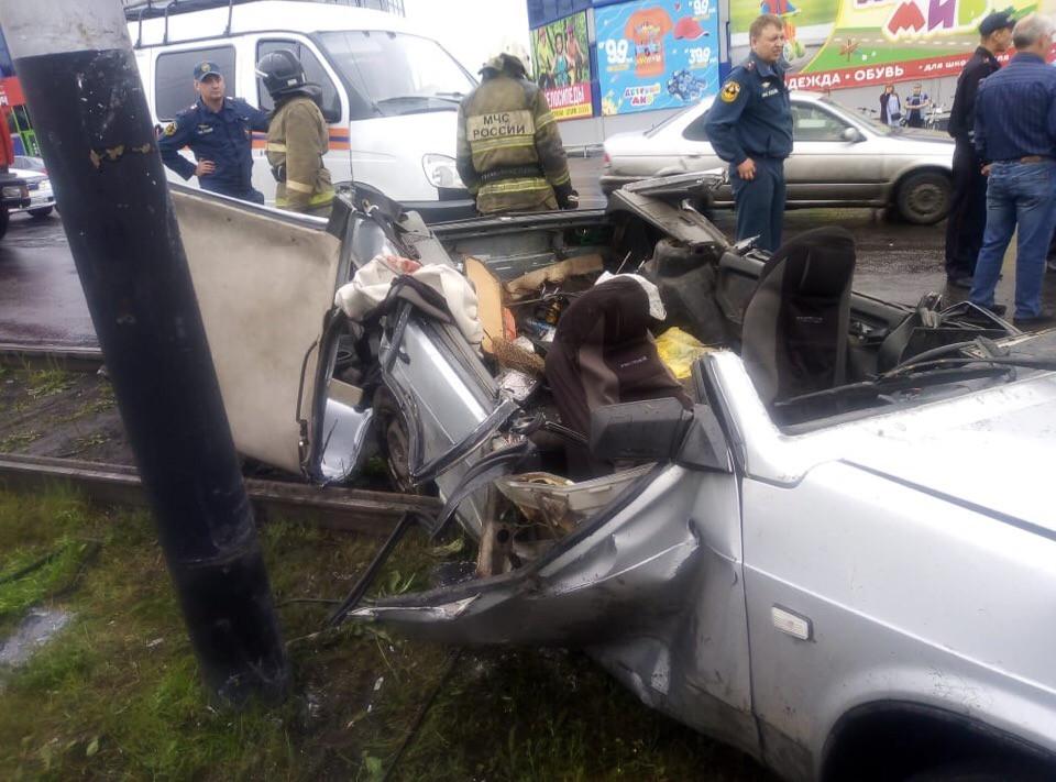 Смертельное ДТП в Прокопьевске: автомобиль протаранил опору освещения
