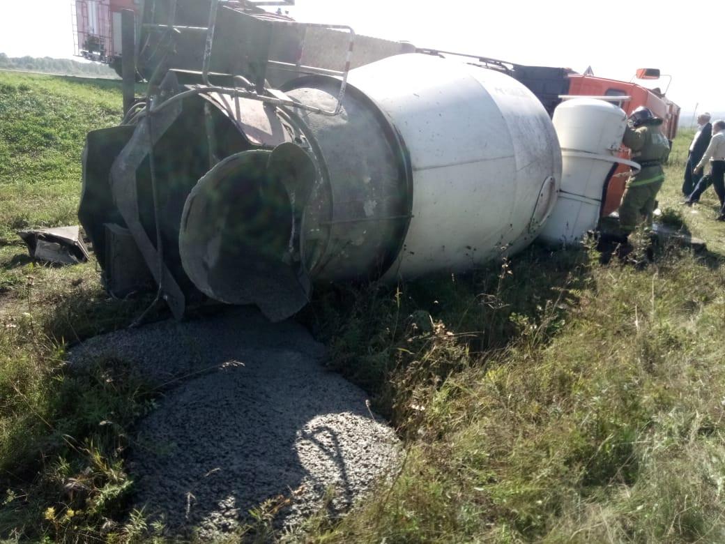 На въезде в Прокопьевск опрокинулся автомобиль-бетономешалка