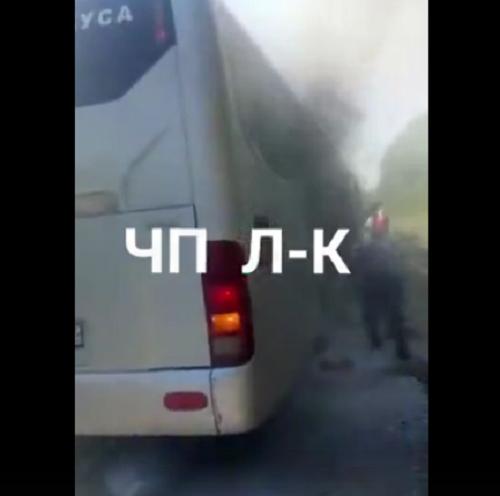 В Кузбассе на трассе загорелся автобус с пассажирами