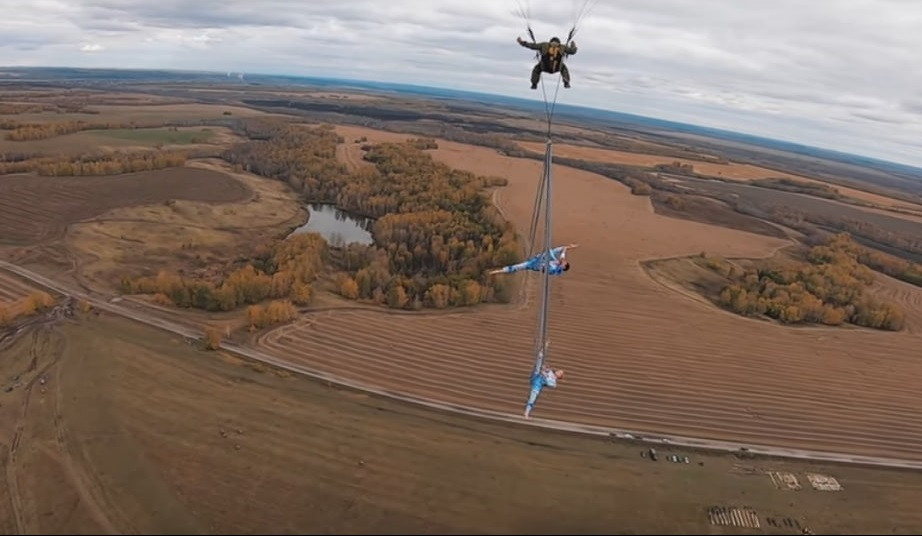 Без страховки под облаками: сибирячки продемонстрировали шпагат вверх ногами (видео)