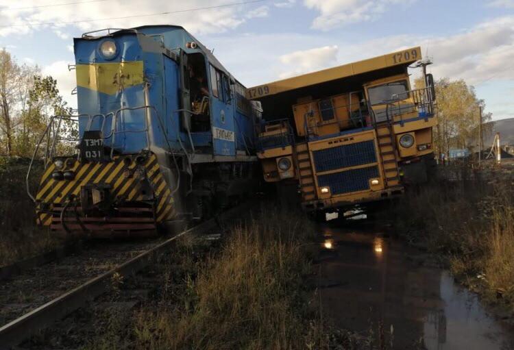 В Кузбассе столкнулись тепловоз и БелАЗ