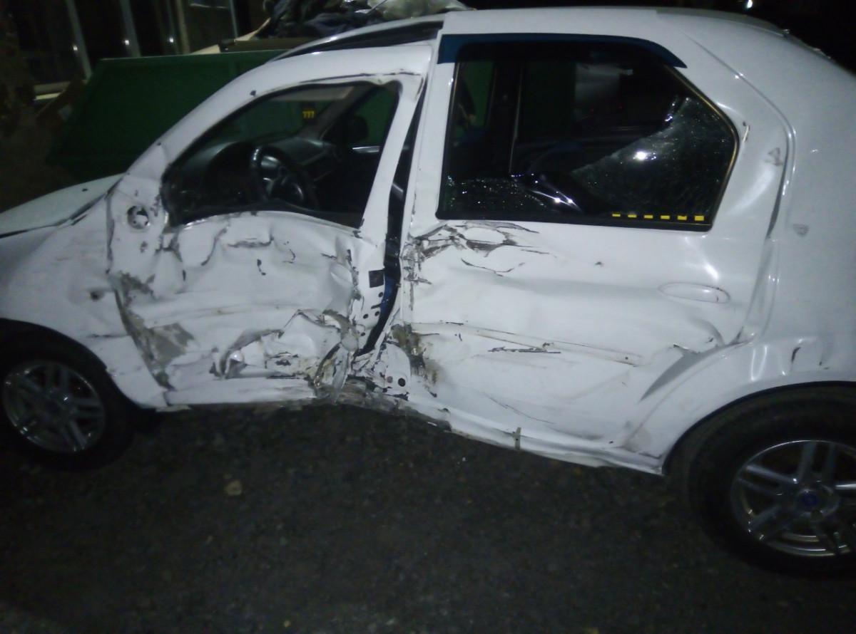 Соцсети: в Прокопьевске в такси с пассажирами въехал лихач