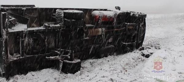 В Кузбассе на скользкой дороге опрокинулся грузовик