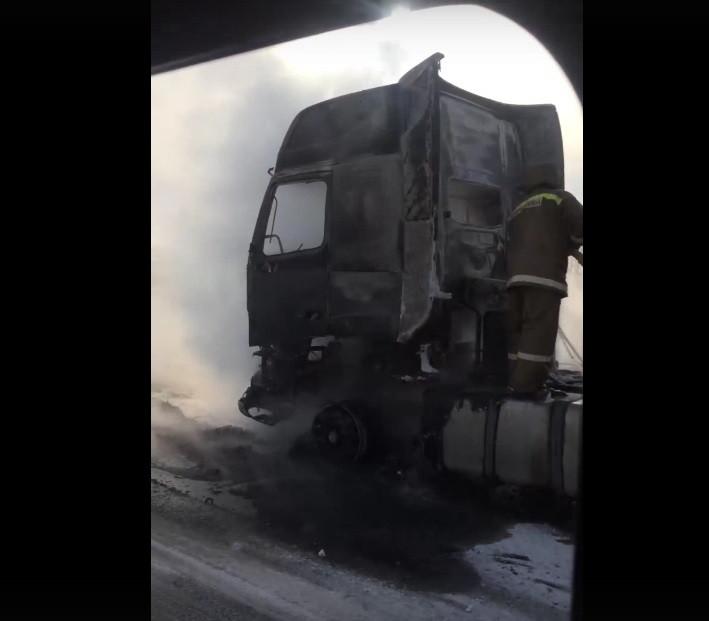 На трассе в Прокопьевском районе загорелась фура