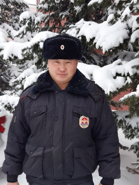 В Кузбассе полицейский помог избежать столкновения грузовика и поезда на переезде