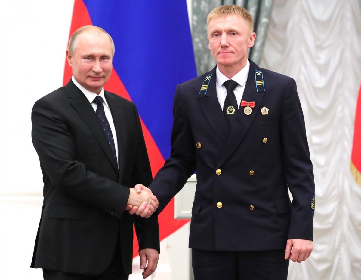 Владимир Путин вручил государственную награду шахтеру из Кузбасса