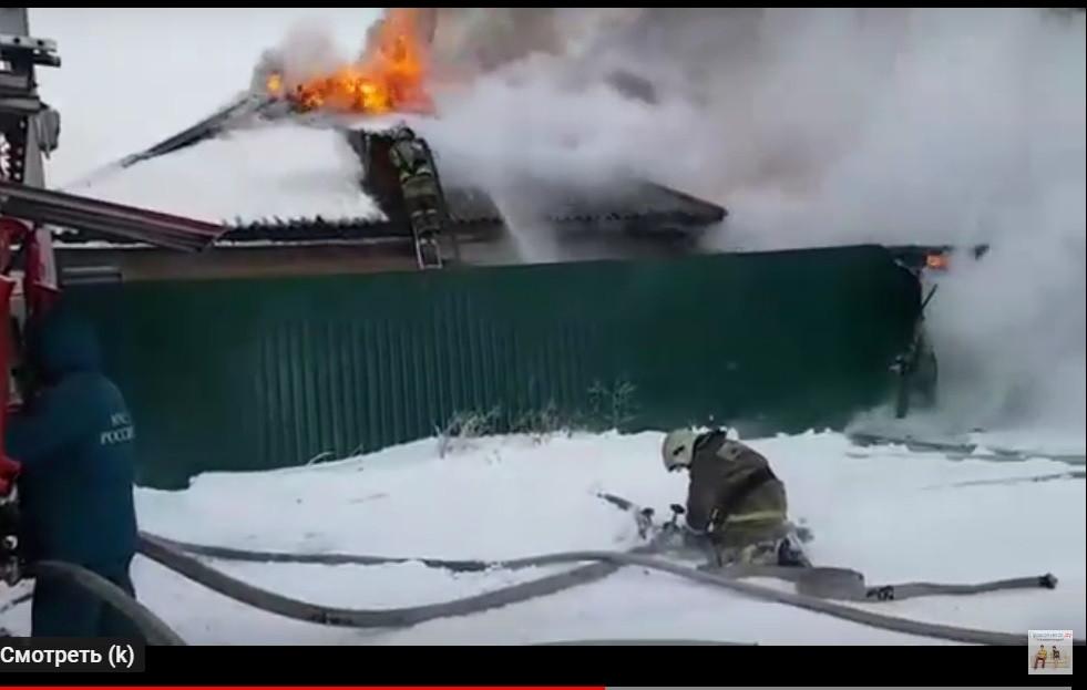 В Прокопьевске из-за пожара семья осталась без крова (видео)