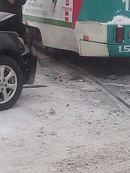 В Прокопьевске столкнулись трамвай и легковой автомобиль