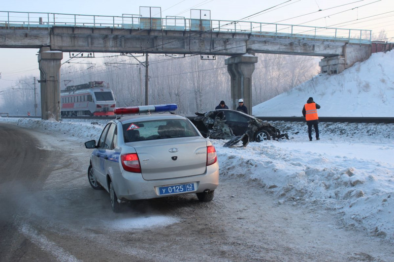В Кузбассе столкнулись грузовой поезд и легковой автомобиль