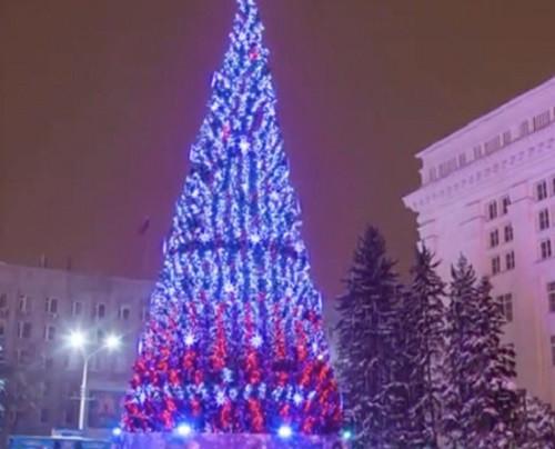 Кемеровской ёлке за 18 млн рублей посвящают шутки и песни