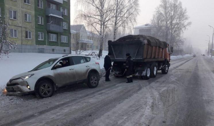 В Кузбассе автомобилисты застревают в сугробах