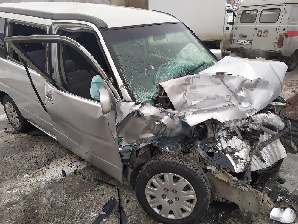 """В Прокопьевске 4 человека пострадали при столкновении автомобилей """"Honda StepWGN"""" и УАЗ"""