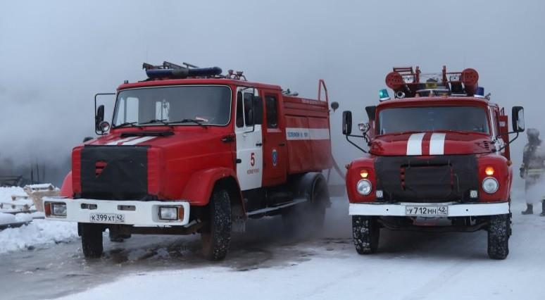 На трассе Кузбасса после столкновения загорелся бензовоз