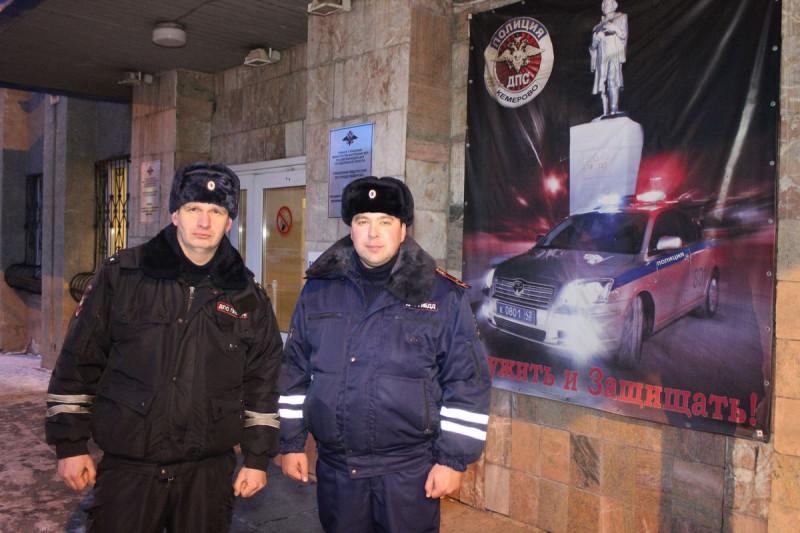 В Кузбассе полицейские спасли мужчину из горящего дома