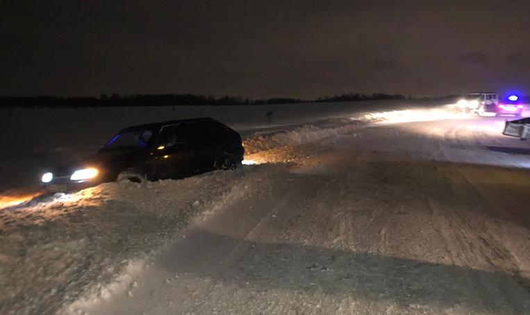 ДТП в Кузбассе: автомобиль выбросило с трассы в кювет