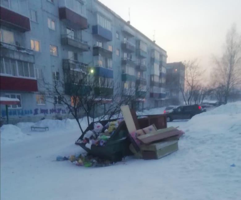 Региональный оператор объяснил, почему в течение дня не вывозил мусор из Киселевска