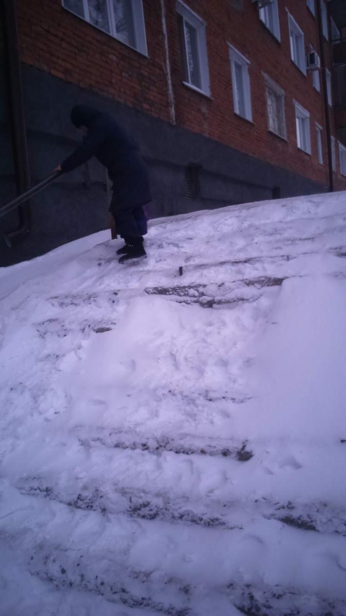 Здесь невозможно ходить: прокопчанка просит очистить от снега лестницу