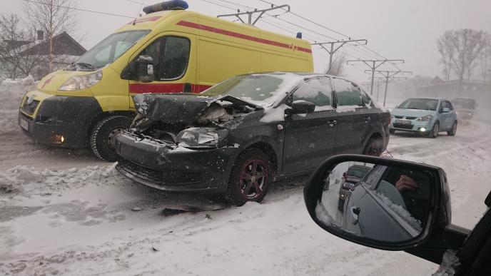 В Прокопьевске легковой автомобиль столкнулся с маршруткой