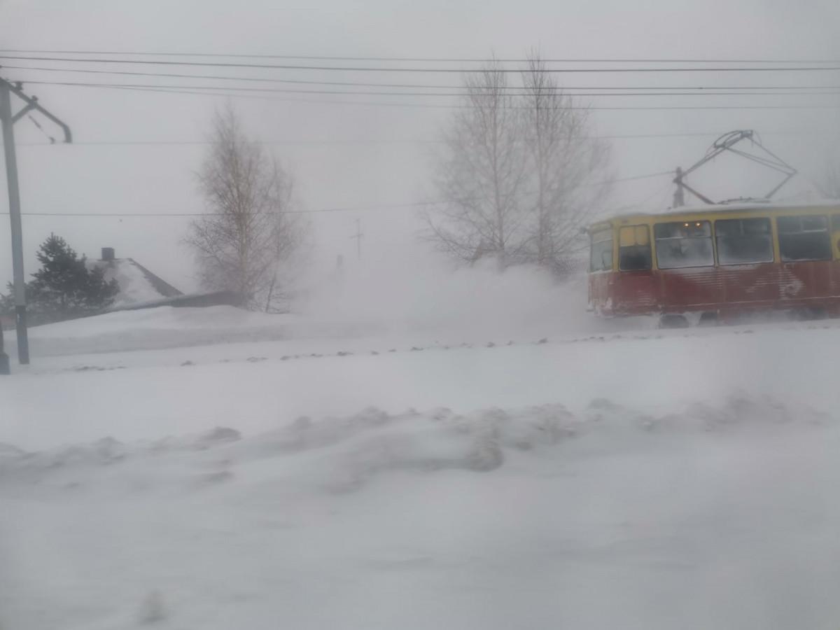 В Прокопьевске травайщики активно освобождают рельсы от снега
