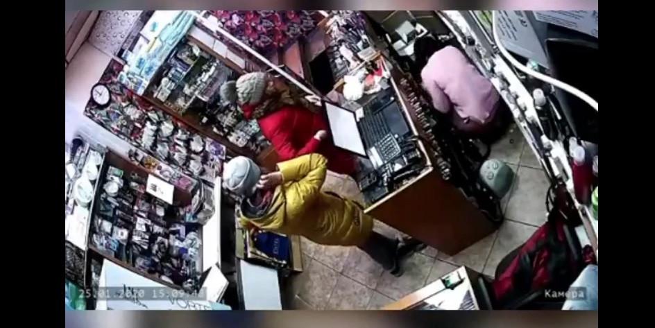 Одна отвлекала, вторая воровала: в Прокопьевске кража в магазине попала на видео