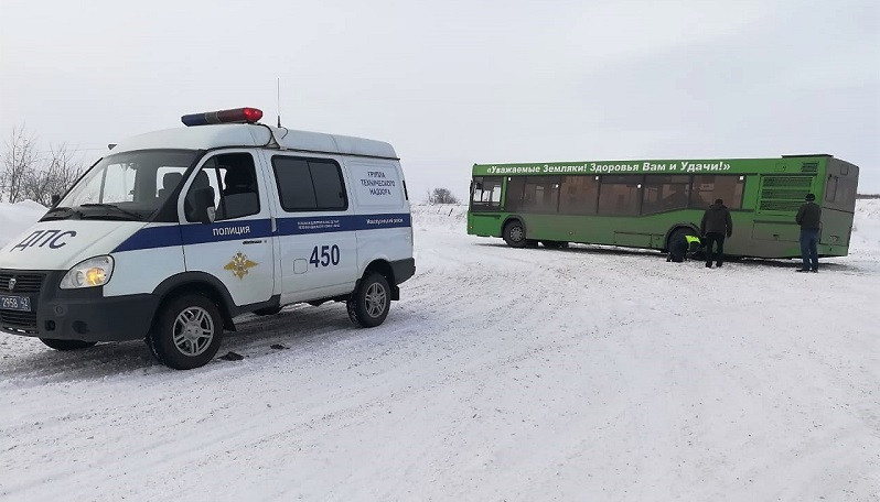 В Кузбассе пассажирский автобус увяз в снегу