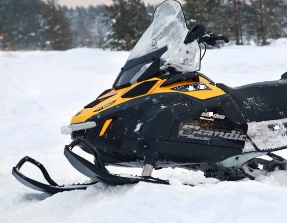 Покатались: в Кузбассе водитель снегохода травмировал семью