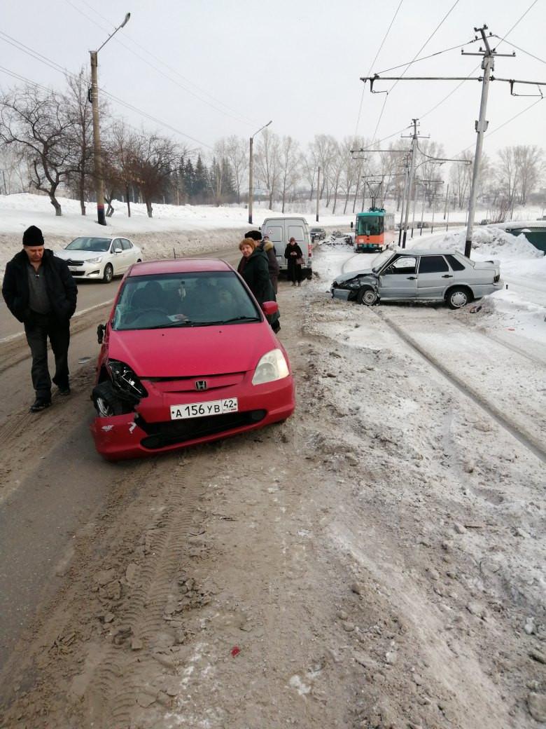 В Прокопьевске автомобиль после ДТП выбросило на трамвайные пути