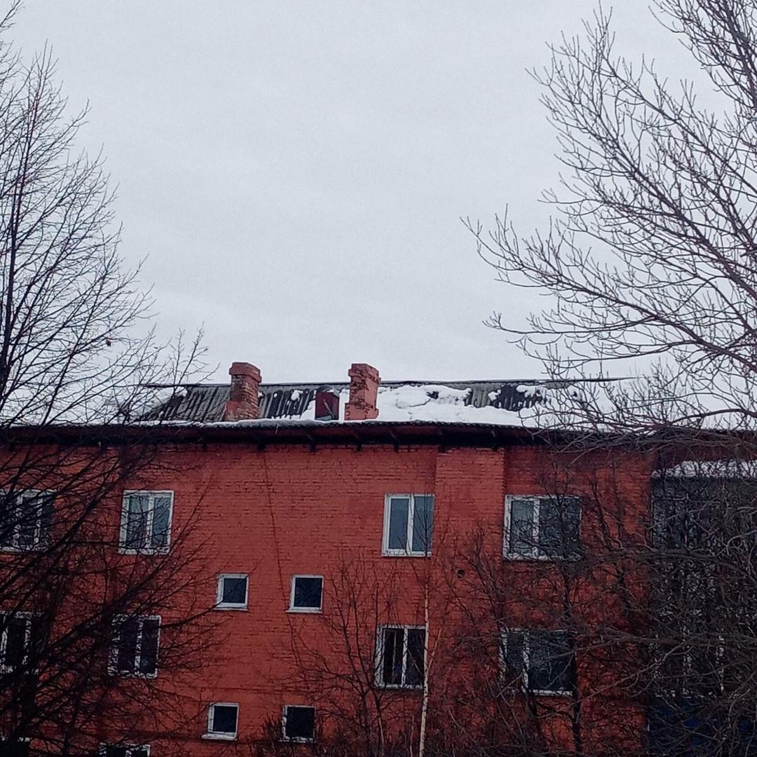 В жилом доме Прокопьевска из-за снега пострадала крыша