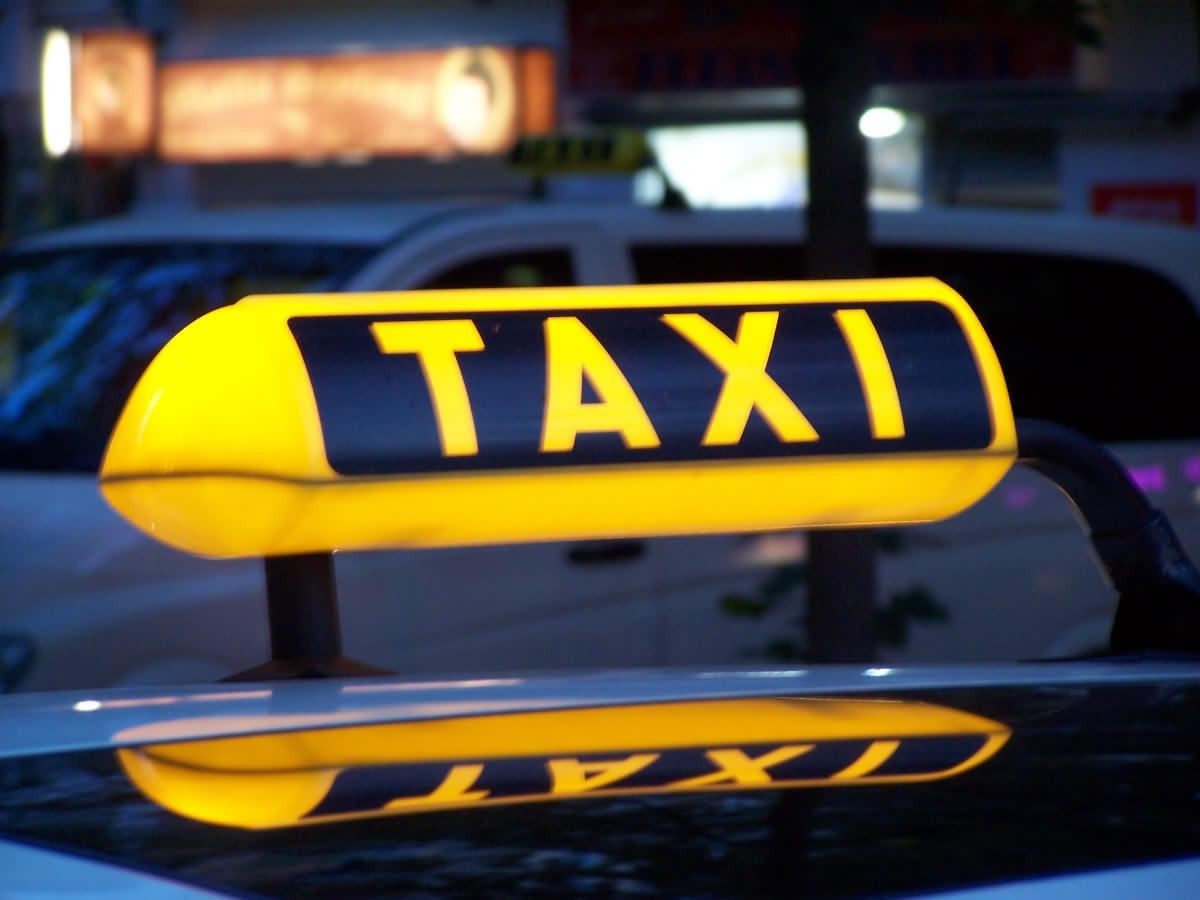 В Кузбассе мужчина с лопатой набросился на такси