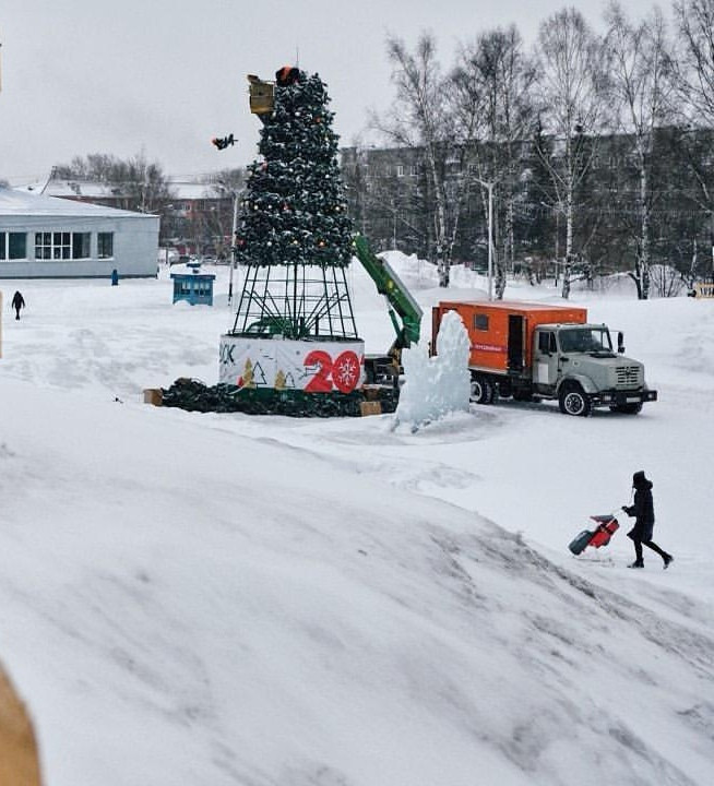 В Прокопьевске начали разбирать главную новогоднюю елку
