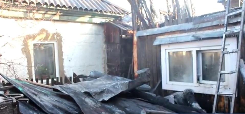 В Кузбассе из горящих домов спасена семья с двумя детьми и пожилая женщина