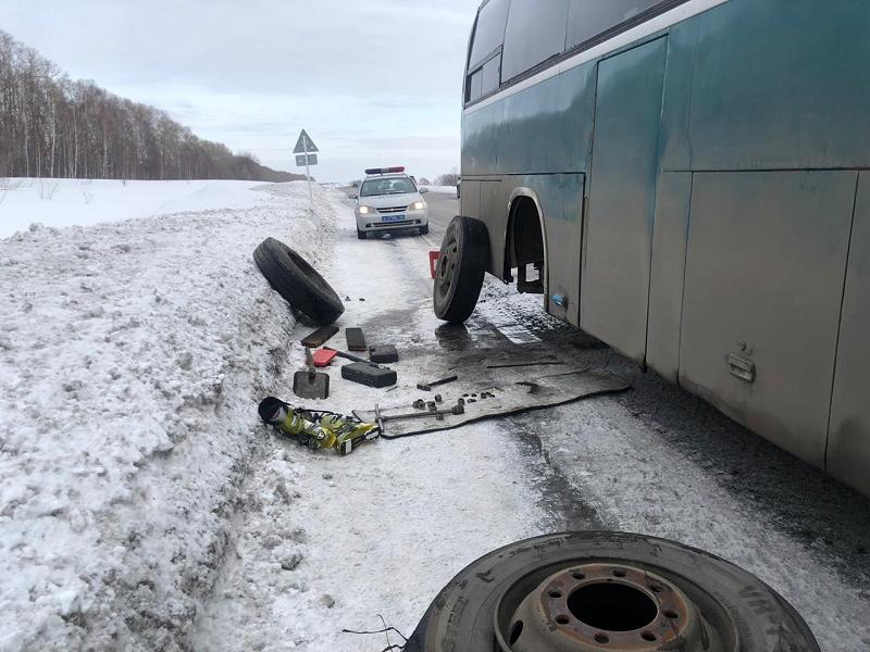 На трассе Кузбасса у пассажирского автобуса лопнуло колесо