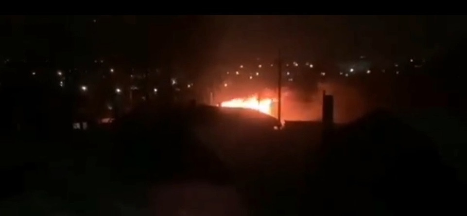 В Прокопьевске пожарные машины с трудом пробились к горящему дому