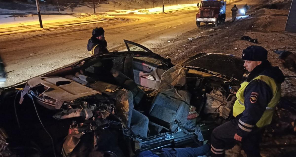В Прокопьевске легковушка протаранила рекламный щит: 3 человека погибли
