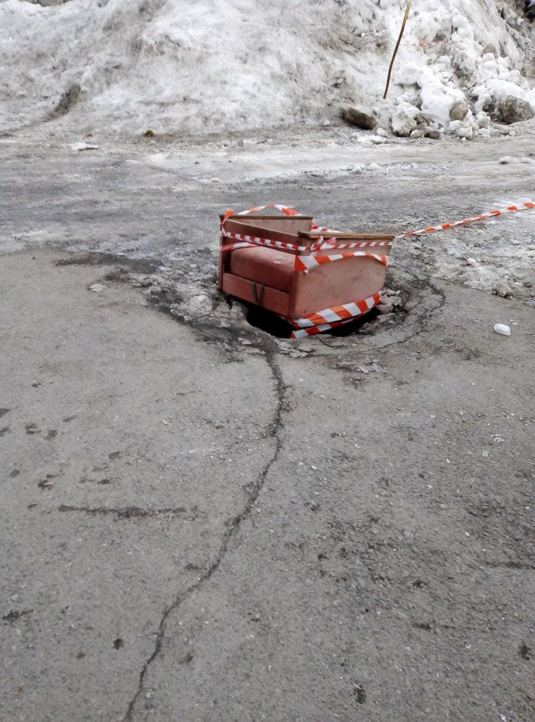 Неожиданное решение: в Прокопьевске нашли оригинальную замену крышке люка