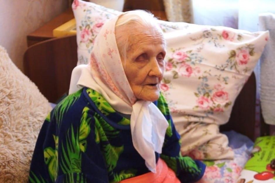 100-летняя жительница Кузбасса получила областную награду