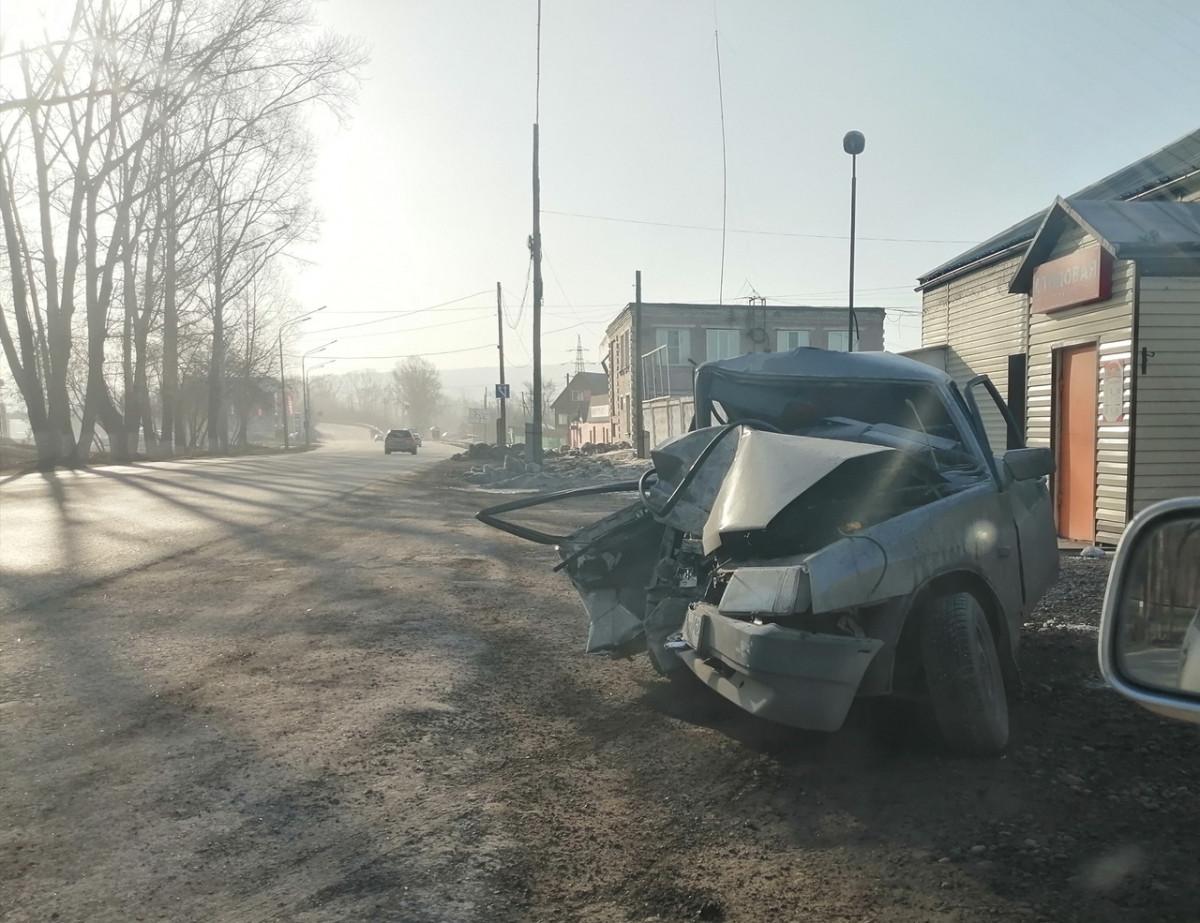 В Кузбассе автолюбитель протаранил дерево: пассажиров вырезали из искореженной машины