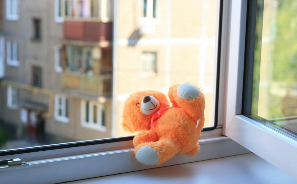 В Прокопьевске ребенок выпрыгнул из окна второго этажа