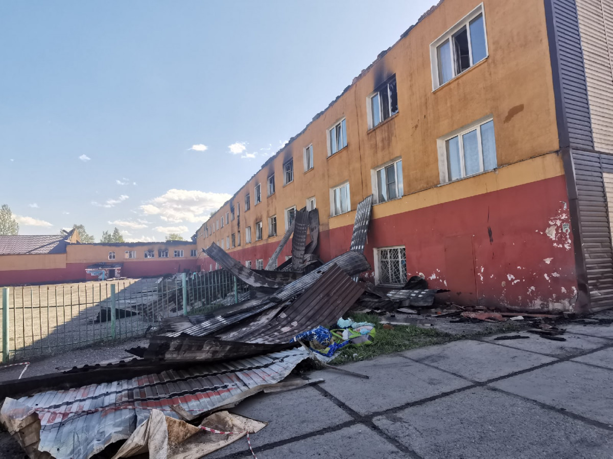 В Прокопьевске пожарные вторые сутки тушат жилой дом
