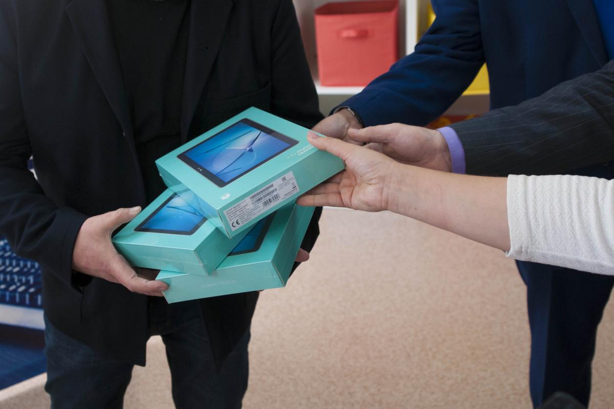 В Кузбассе нуждающимся школьникам подарят планшеты для дистанционного обучения