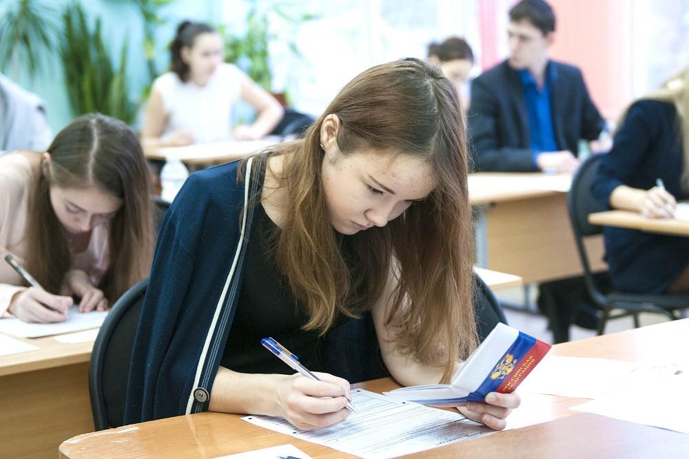 Выпускники школ в этом году будут сдавать ЕГЭ только по двум предметам