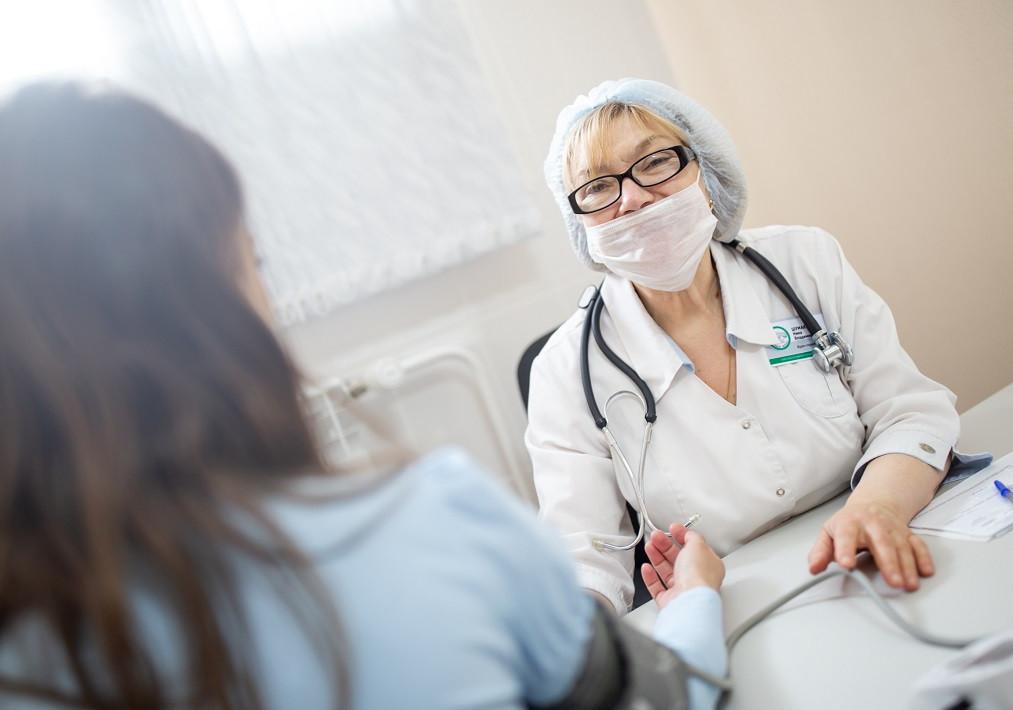 В Кузбассе медработникам, оказывающим помощь пациентам с COVID-19, пересчитали выплаты