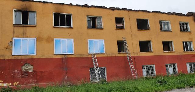 В Прокопьевске в доме после пожара окна меняют на нарисованные